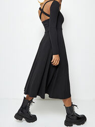 Платье черное трикотажное с бретелями на спине