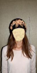 Красивая теплая черная шапка с объемными цветами 53-57 окружность головы