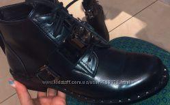 Женские демисезонные ботинки челси на низком каблуке с ремешком и камнем