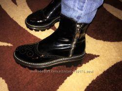 Женские демисезонные ботинки на низком каблуке с перфорированным узором на