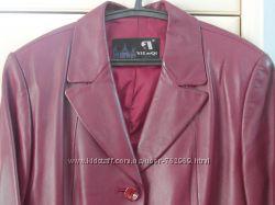 Кожаный пиджак красивого красно-вишневого цвета
