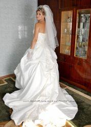 Продам свадебное платье со шлейфом в хорошем состоянии.