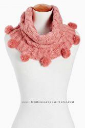 Вязаный косичкой шарф-хомут с помпонами некст