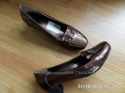 симпатичні туфлі на зручному каблуку 38р.
