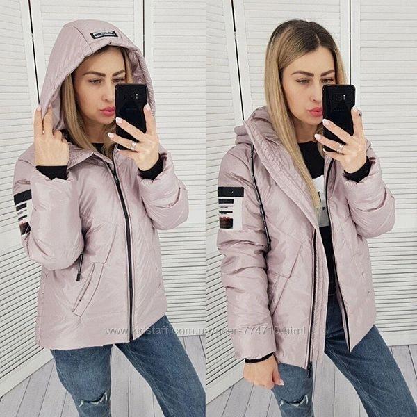 Модная женская куртка демисезонная укороченная прямого кроя с капюшоном на