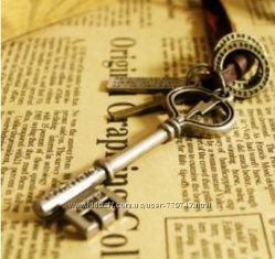 Ожерелье из натуральной кожи с кулоном Ключ