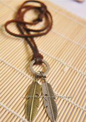 Ожерелье из натуральной кожи с кулоном биколор листья