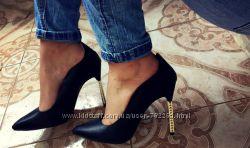 Туфли черные с золотым каблуком шпилька
