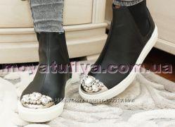 Кожаные ботинки со стразами на носочке
