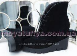Зимние замшевые ботинки на танкетке