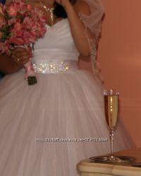 Белое, пышное свадебное платье, фата