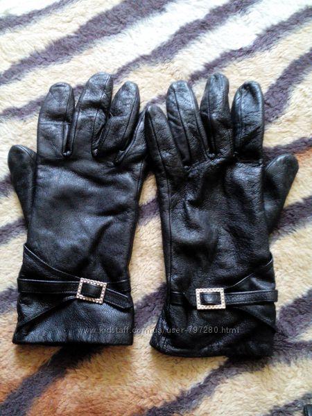 Женские кожаные перчатки.