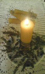 Восковая свеча с ромашкой и зверобоем .