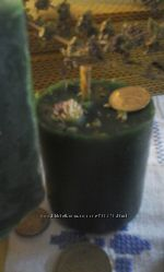 Зеленая восковая свеча.