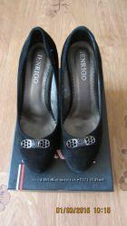 Красивые черные замшевые туфли