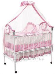 Продам отличную кроватку для малышки белого цвета с розовыми акссесуарами