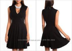 Красивое черное платье love republic с эфектными вставками по бокам