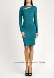 Очень стильные платья с эфектным прорезом на груди  love republic