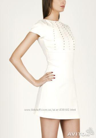 Белое трикотажное платье с металическими заклепками love republic