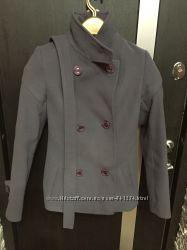 Укорочённое женское пальто дымчатого цвета