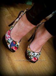 Стильные босоножки в цветочки на каблуке