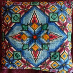 Вышитая подушка орнамент ручная работа
