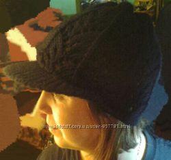 Модна жіноча демісезонна шапка в ідеальному стані