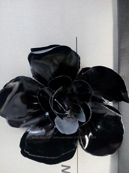 Стильный аксессуар заколка/брошь, украсит любой образ, цвет черный, легка