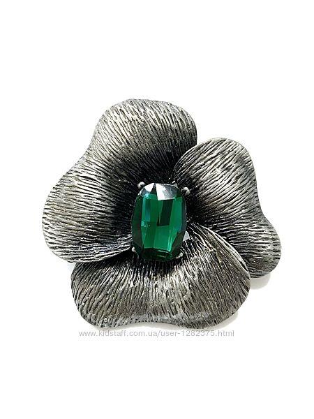 Брошь цветок с зеленым кристаллом