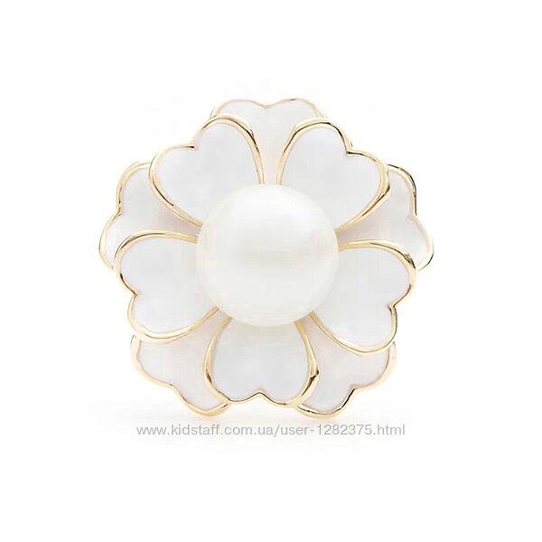Брошь цветок покрыта белой эмалью