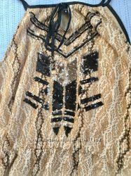 Платье с паетками удлиненное сзади , легка я ткань на подкладке L