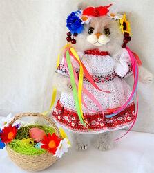 Декоративная игрушка Кошка Украинка с пасхальной корзинкой
